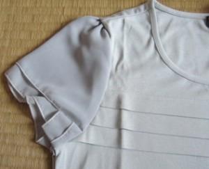 袖部のデザインも、さりげなく女性らしい。