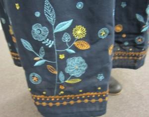 裾の刺繍乃デザインも斬新